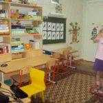 девочка играет в интерактивный комплекс играй и развивайся