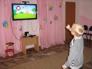 мальчик играет и развивается