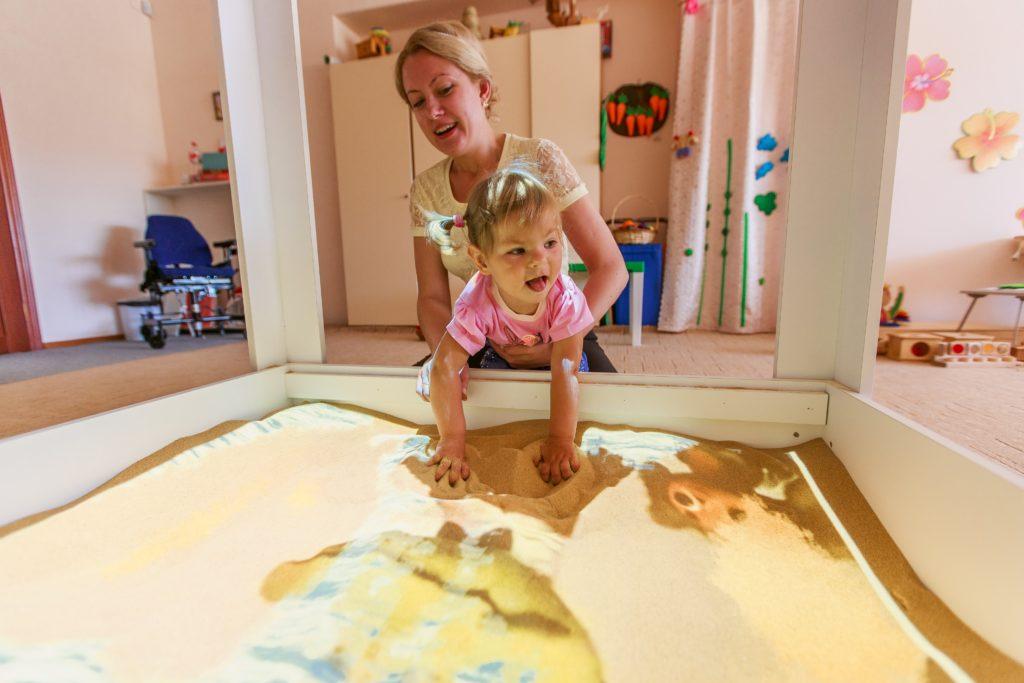 интерактивная песочница дефектолог и ребенок
