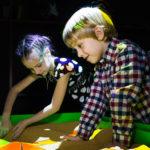 интерактивная песочница дети играют