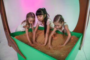 интерактивная песочница полянка дети играют