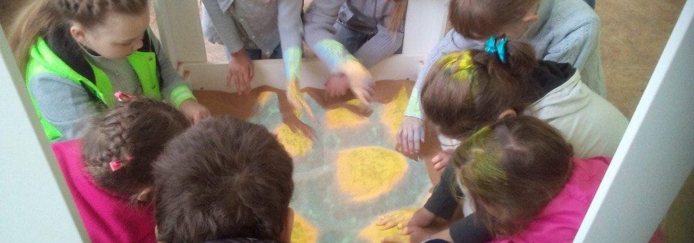 Дети и интерактивная песочница