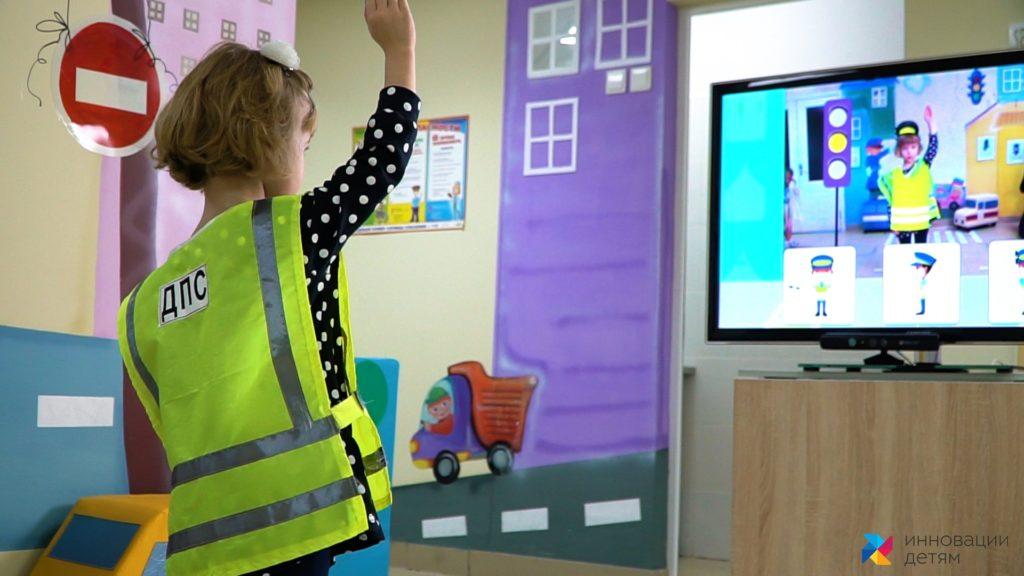 девочка играет в играй и развивайся блок безопасность
