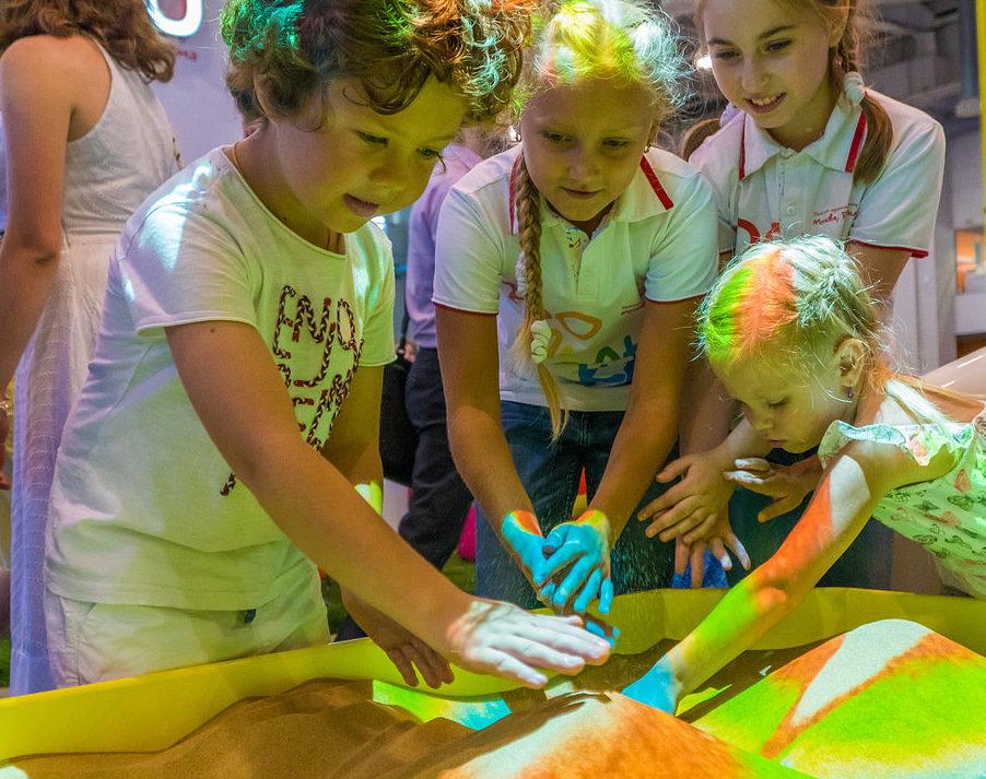 Дети играют в интерактивной песочнице